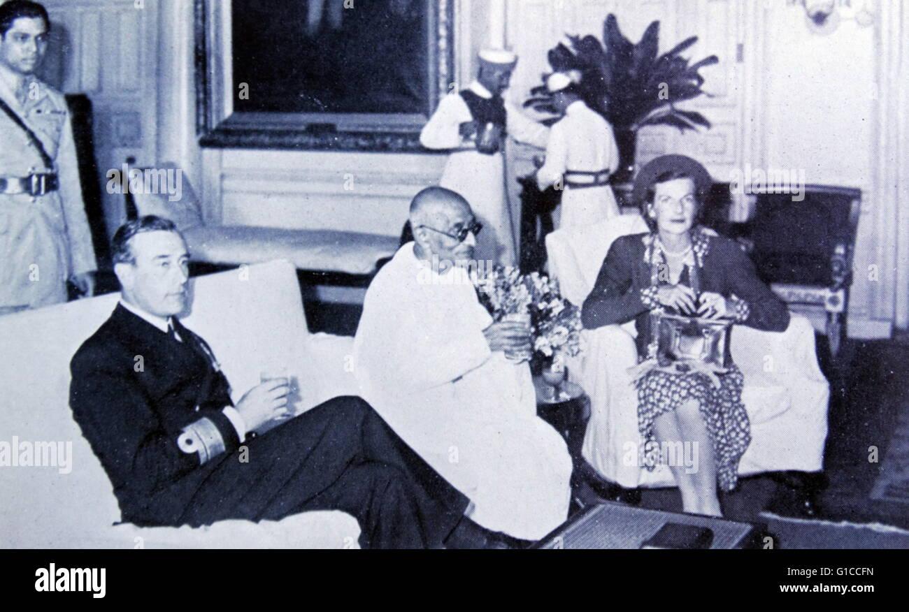 Il Mahatma Gandhi con Lord e Lady Mountbatten presso il viceré residence a Calcutta, India 1947 Immagini Stock