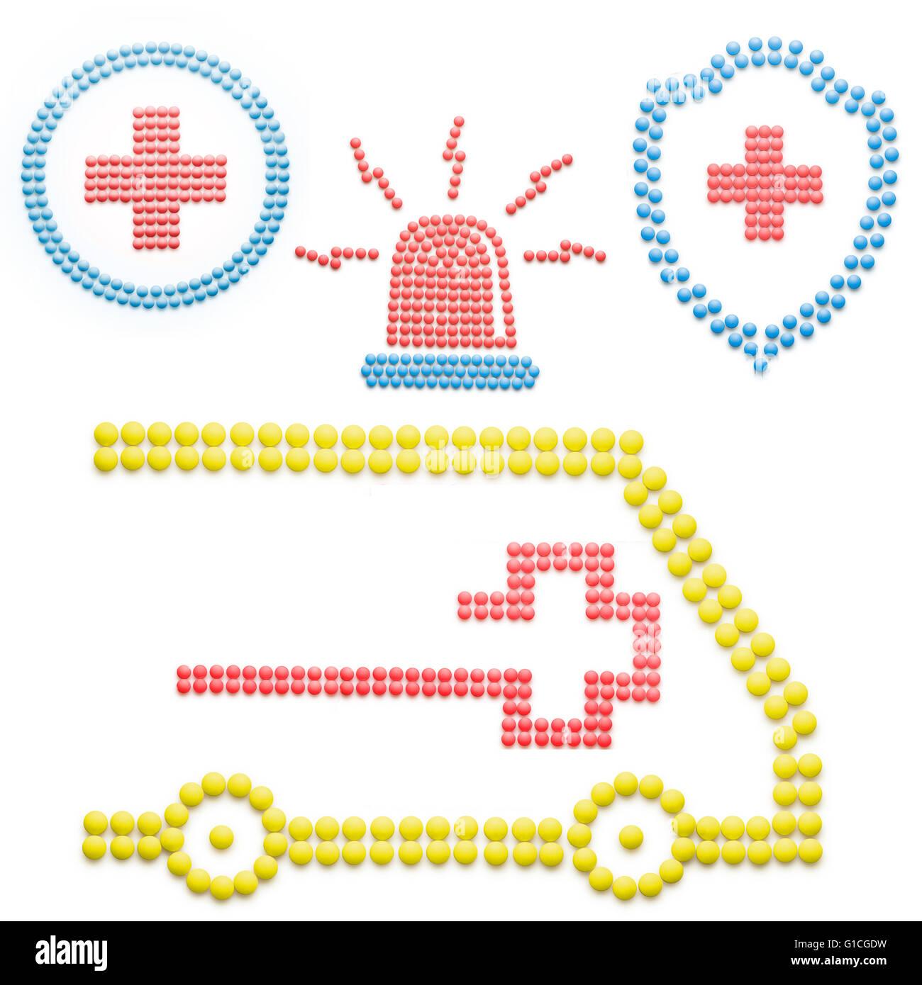 Creative medicina e sanità concetto fatta di droghe e pillole di emergenza ambulanza con sirena isolato su Immagini Stock