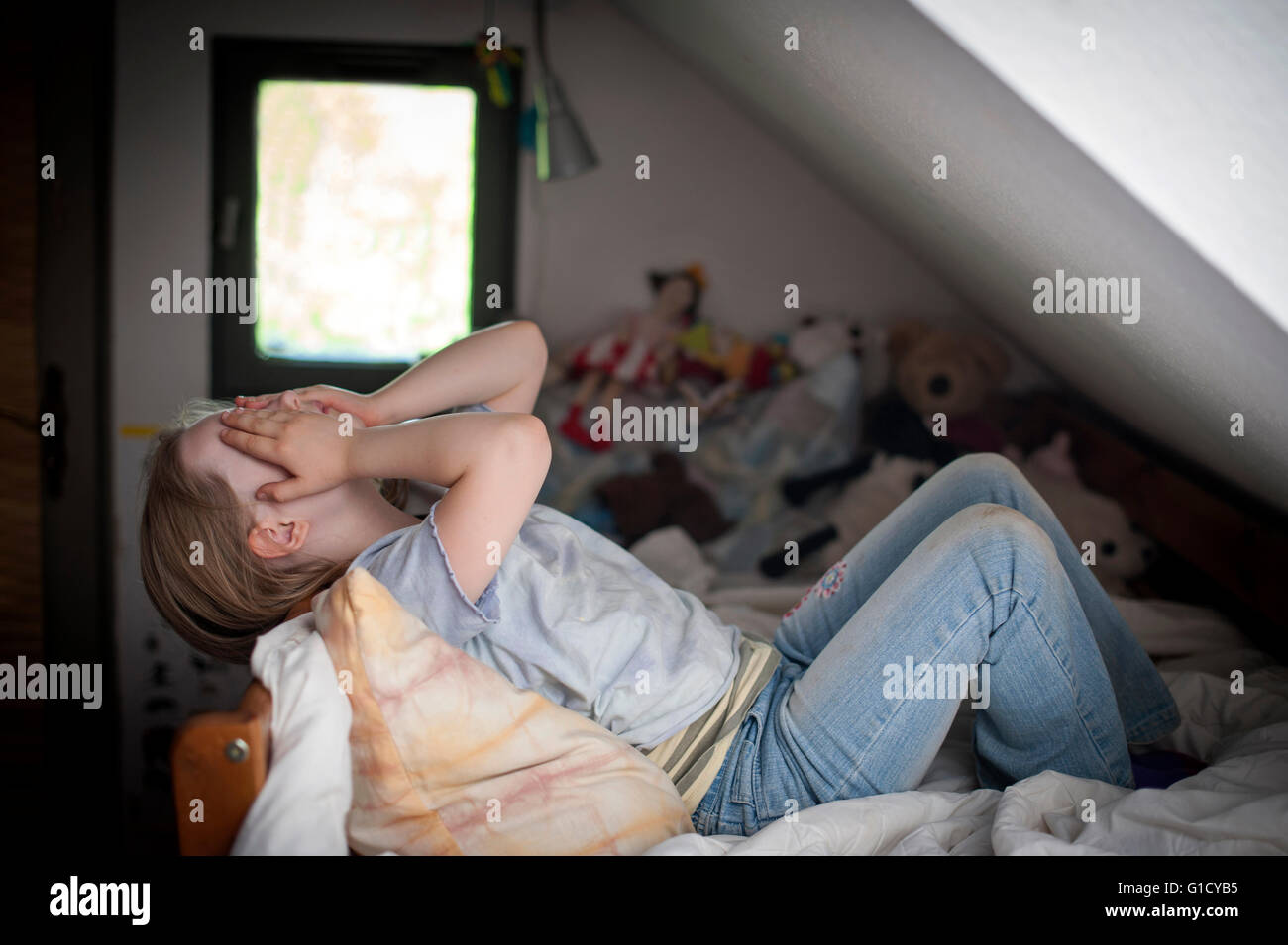 Ragazza giovane sconvolto a casa nella sua camera da letto. Immagini Stock