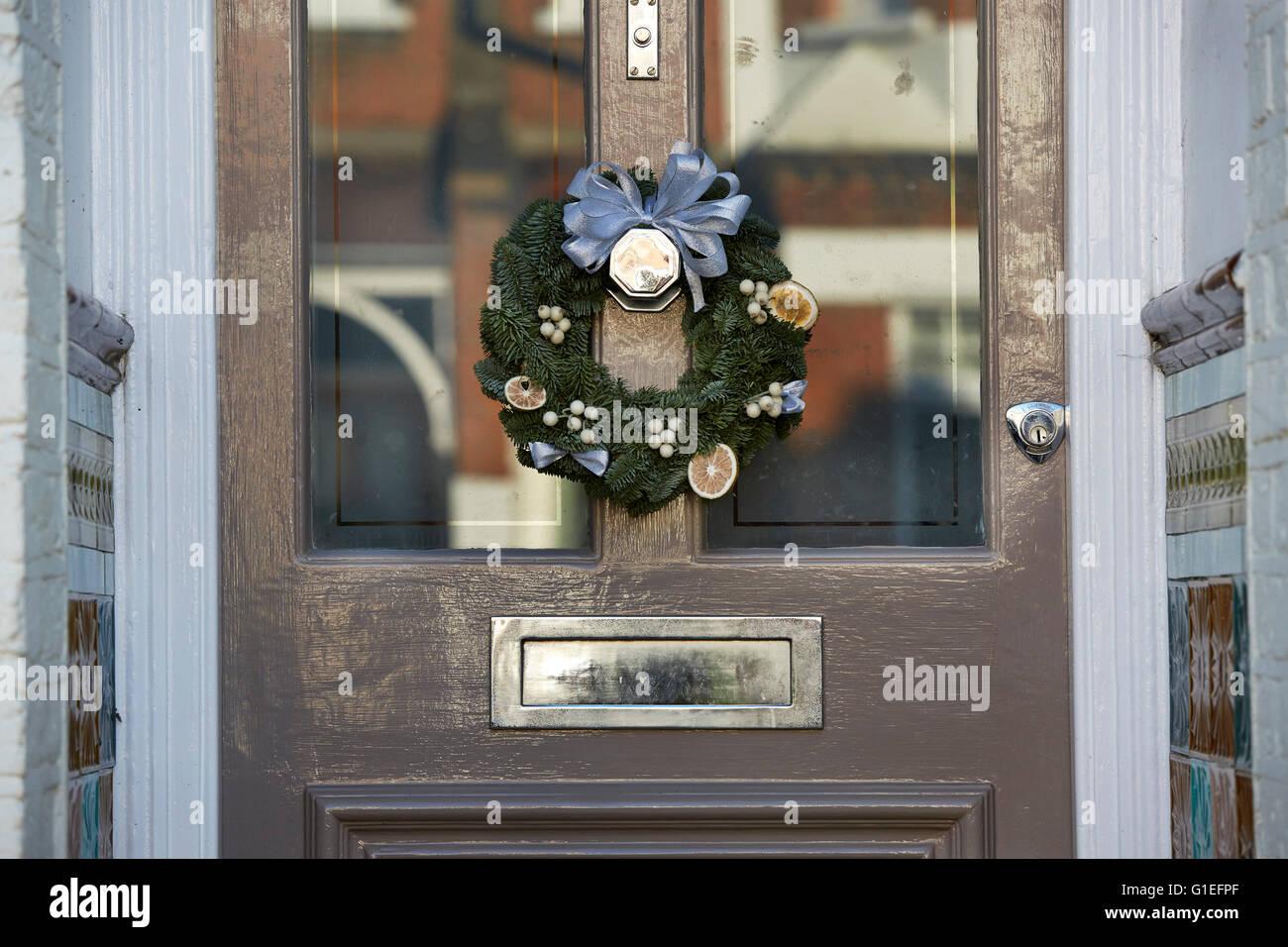 Ghirlanda di Natale sulla porta. Immagini Stock