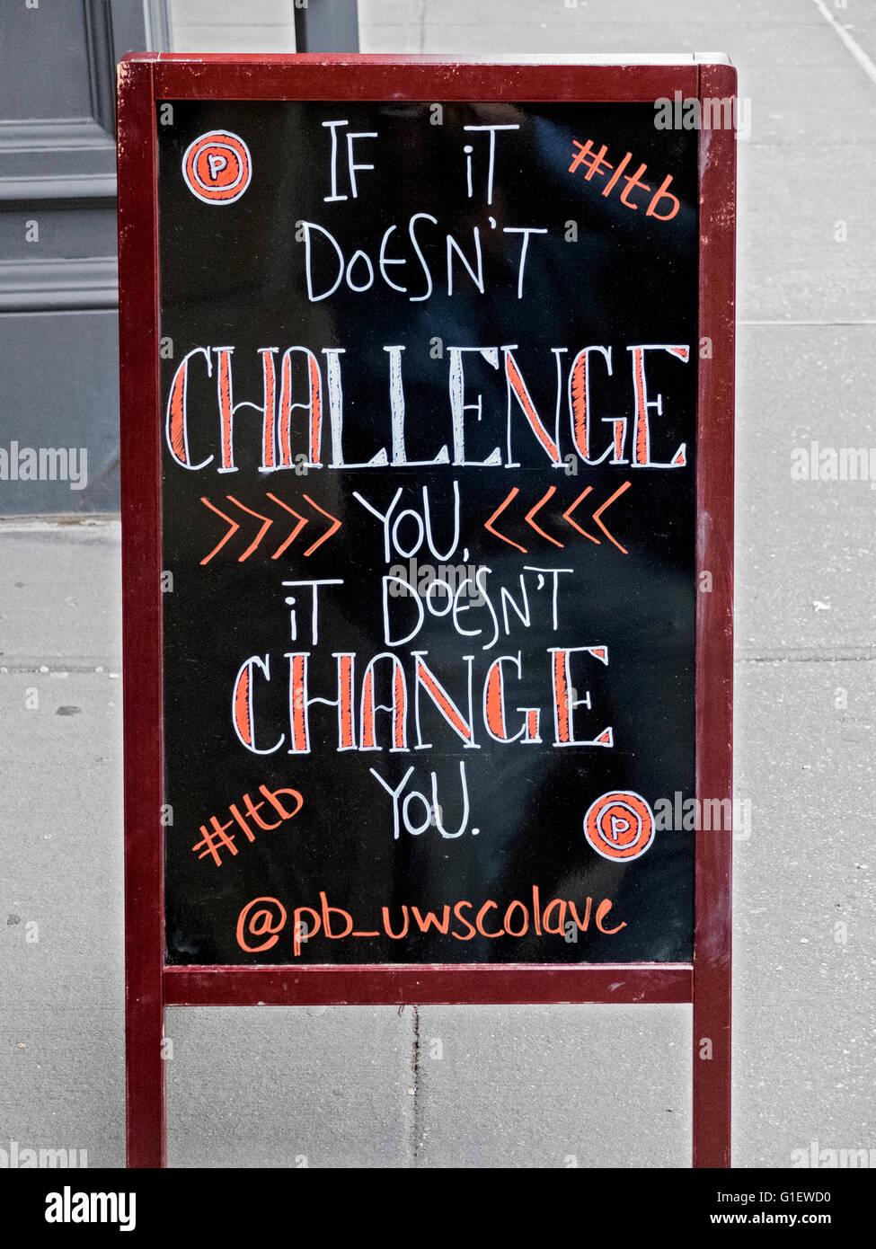 Un segno motivazionale fuori dal puro Barre sul Columbus Ave. sulla Upper West Side di Manhattan, New York City. Immagini Stock