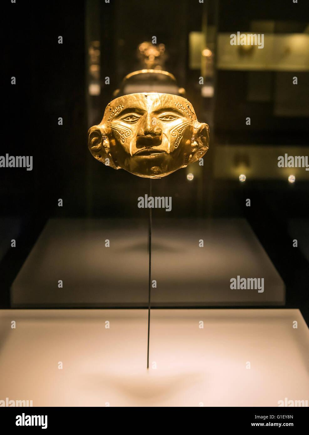 Maschera di oro al Museo del Oro o il Museo dell'oro di Bogotà, Colombia Immagini Stock