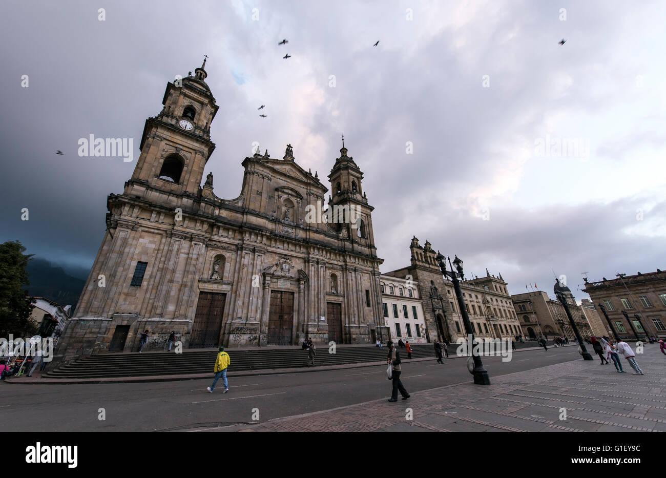 La gente camminare da la Catedral (Cattedrale Primada Plaza Bolivar di Bogotà, Colombia Immagini Stock