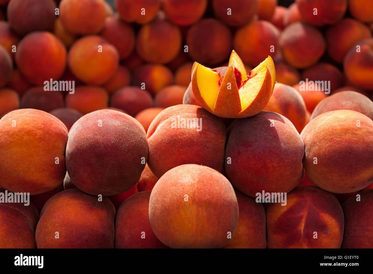 Pesche fresche al bazaar Immagini Stock