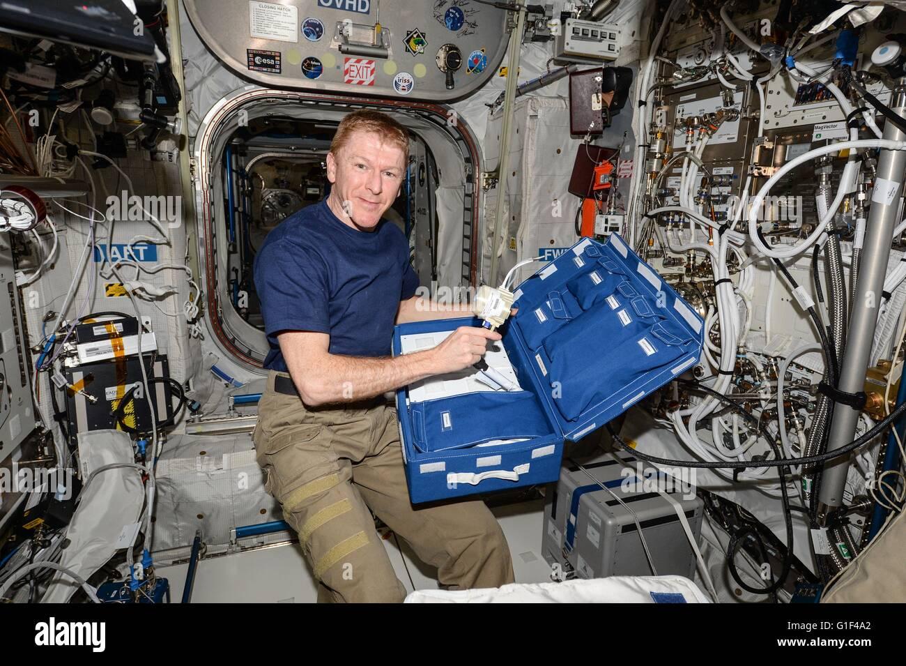 Astronauta britannico Tim Peake con l'Agenzia Spaziale Europea spacchetta un cerebrale e fluido cocleare analizzatore Immagini Stock