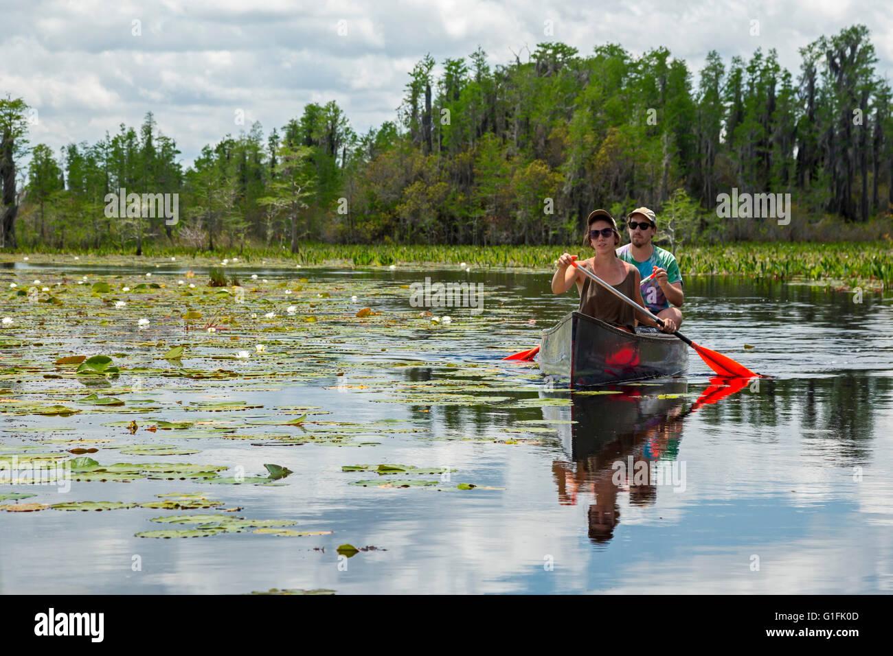Folkston, Georgia - Persone in canoa il Okefenokee National Wildlife Refuge. Immagini Stock