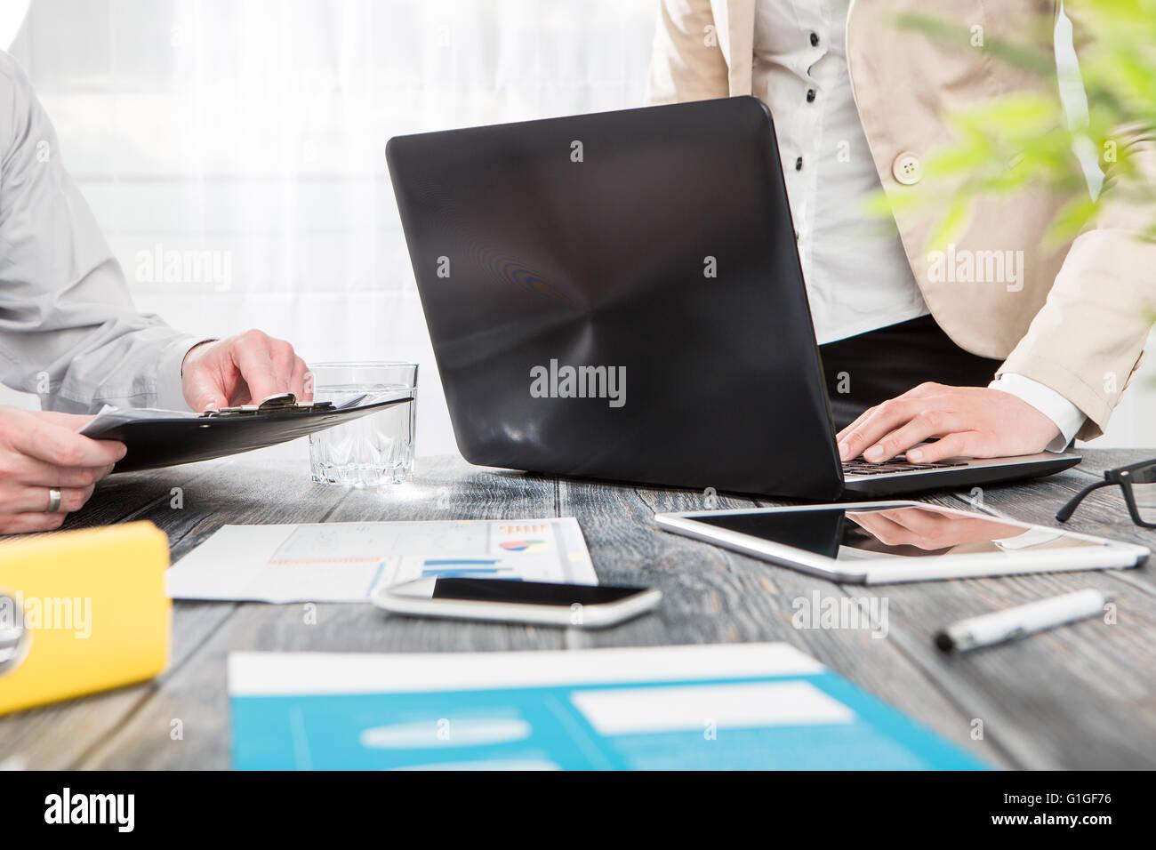 Pianificazione carriera business intenso lavoro sul posto di lavoro per laptop - immagine di stock Immagini Stock