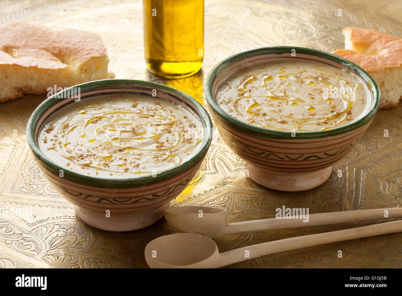 Bocce con marocchino bessara zuppa, olio d'oliva e cumino Immagini Stock