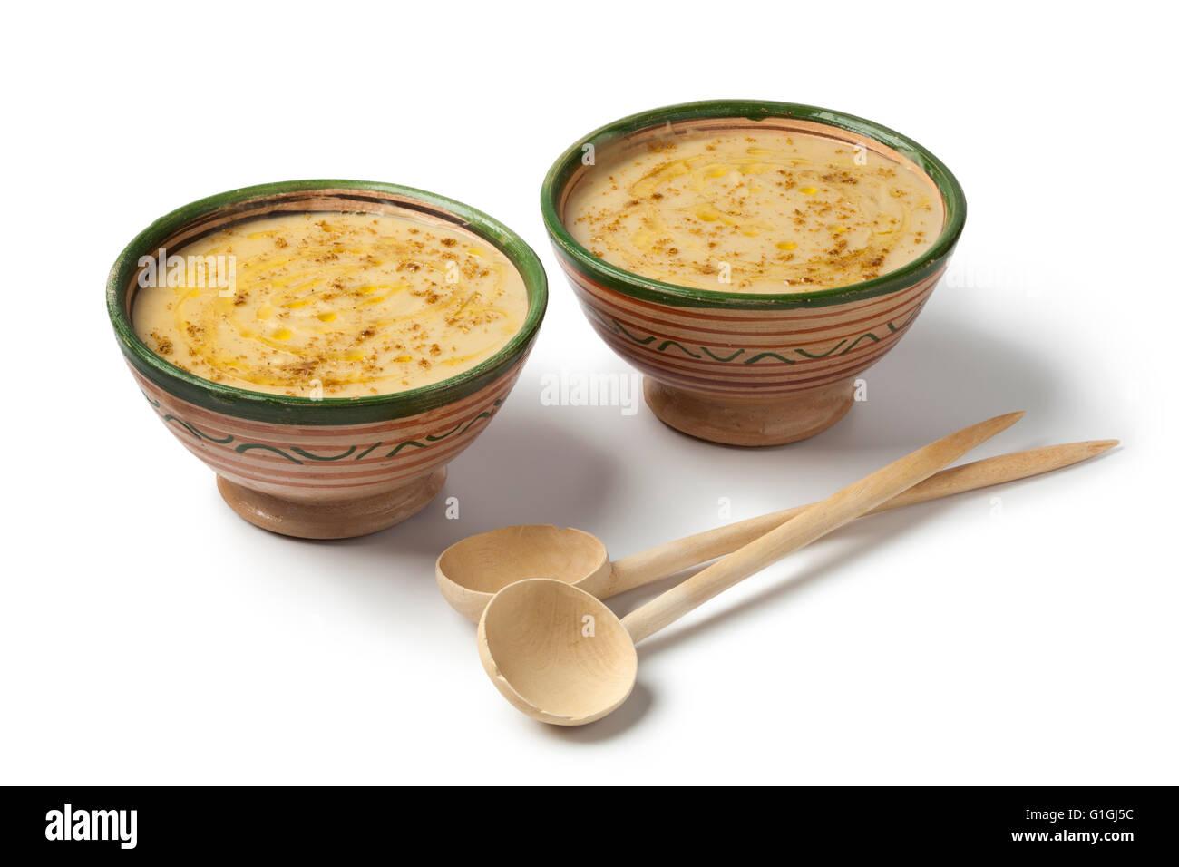 Bocce con marocchino bessara zuppa, olio d'oliva e cumino su sfondo bianco Immagini Stock