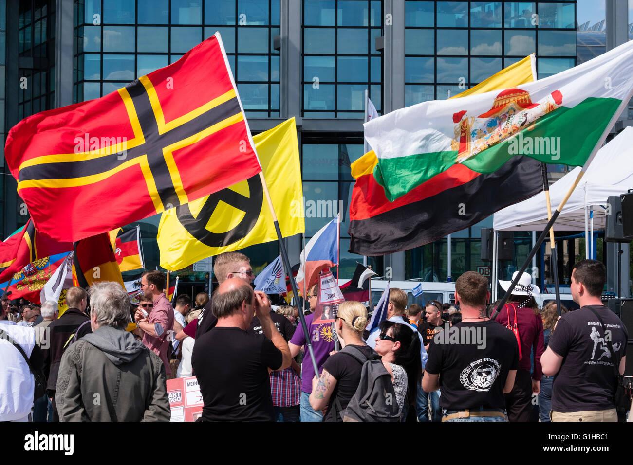 Di estrema destra dimostranti protestano contro l'Islam, rifugiati e Angela Merkel a Berlino Foto Stock