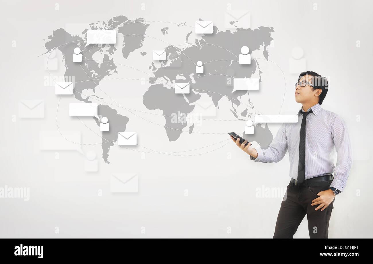 Rete di posta elettronica e tecnologia - Uomo asiatico tenendo lo smartphone Sfondo bianco Immagini Stock