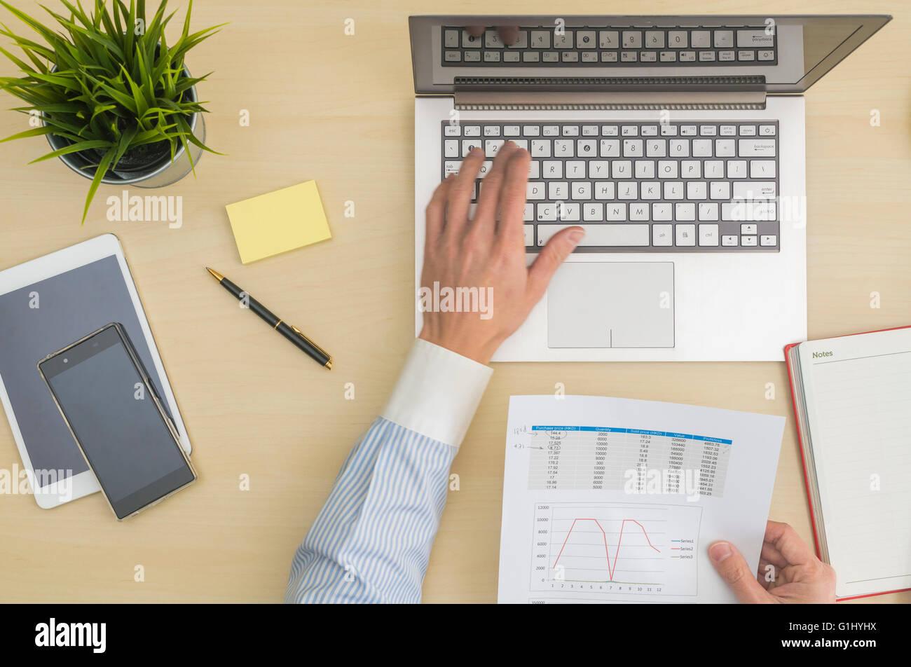 Immissione di dati e analisi in ufficio Immagini Stock