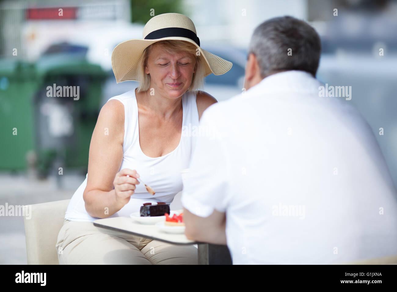 Coppia di anziani di mangiare in outdoor cafe Immagini Stock