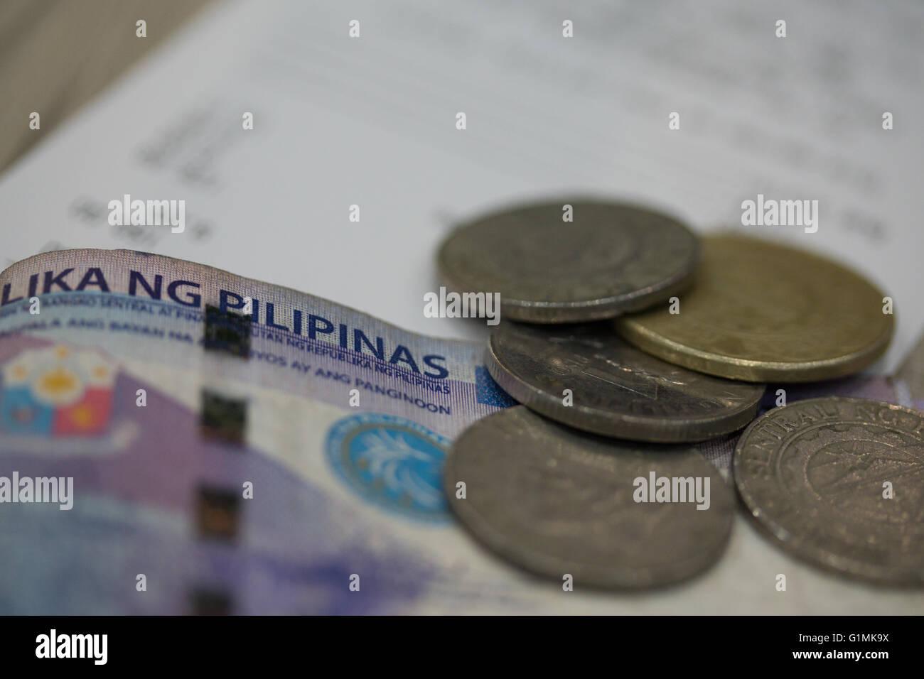 Filippina di banconote e di monete metalliche in circolazione di corrente. Immagini Stock