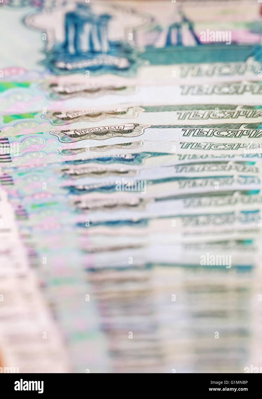 Immagine in metafore di caduta il rublo in millesimi fatture Immagini Stock