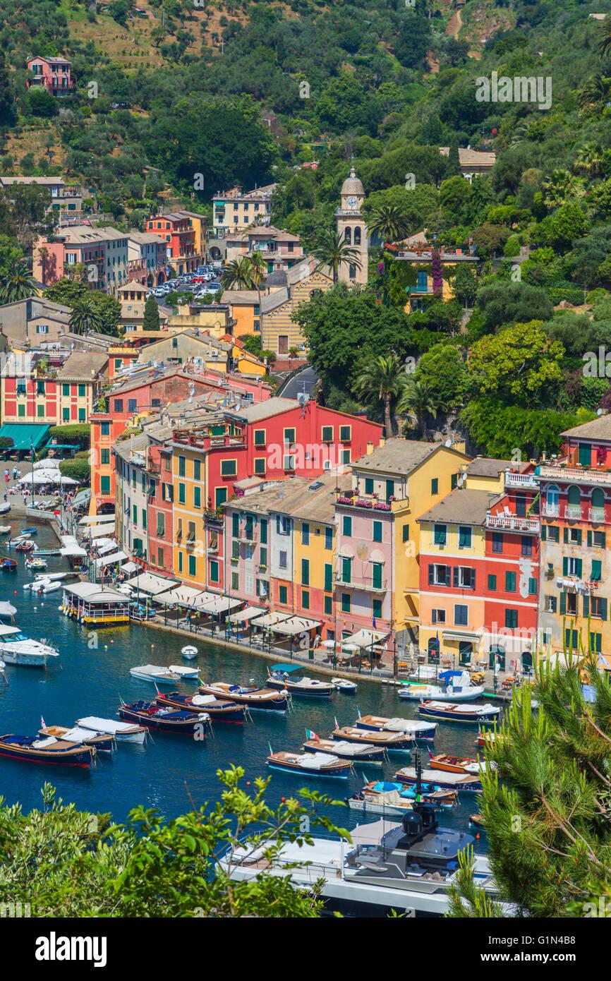 Portofino, la provincia di Genova, Liguria, Riviera Ligure, Italia. Classic vista complessiva del villaggio ed un Immagini Stock