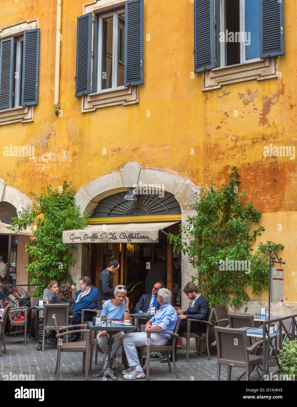 Roma, Italia. Pavement Cafe la vita nella Piazza di Pietra. Immagini Stock