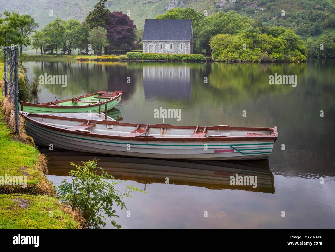 Gougane Barra, County Cork, Repubblica di Irlanda. Eire. Guardando attraverso le barche a remi ormeggiate in riva Immagini Stock