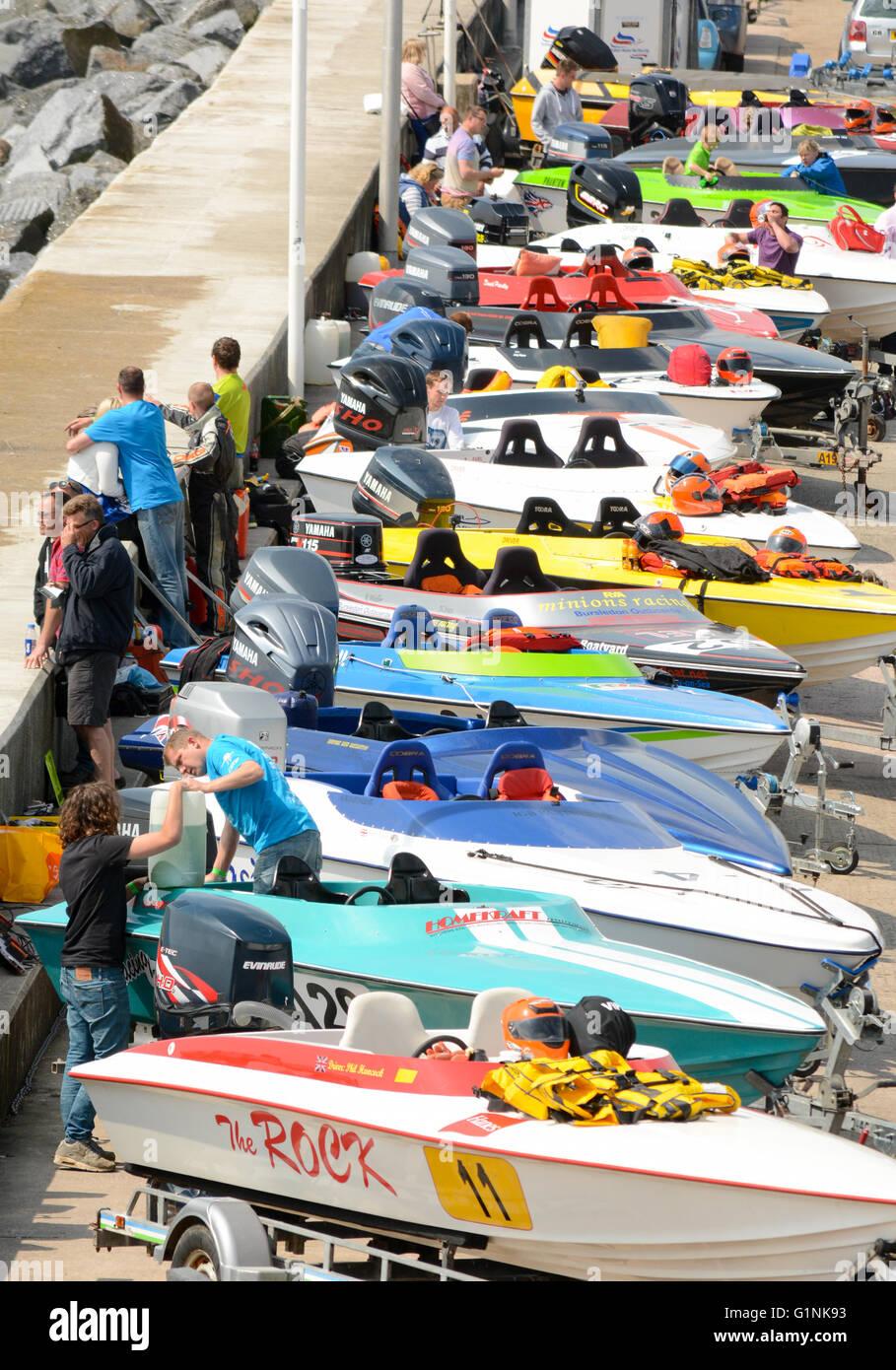 Motoscafi allineati lungo il lato del porto in anticipo della loro razza evento. Immagini Stock