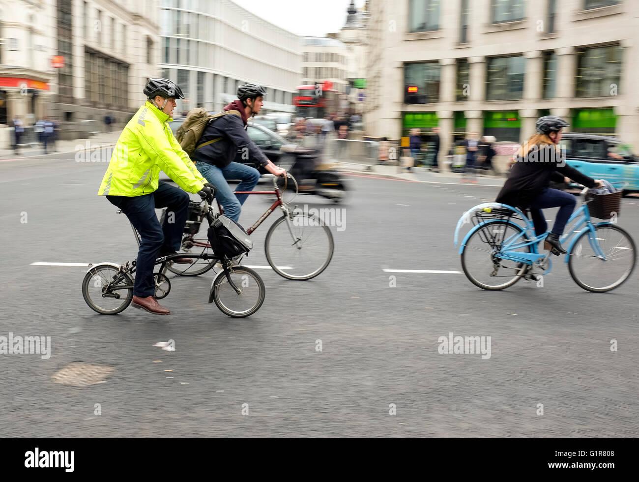 Ciclista in giallo ad alta visibilità camicia sul ciclo di nord-sud superstrada impresa la sera i pendolari dal Foto Stock