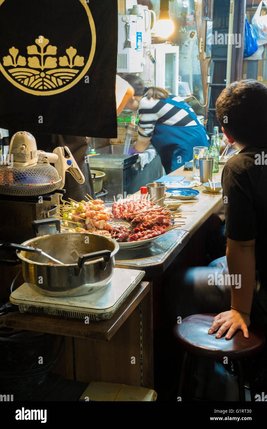 La gente fuori a mangiare a Tokyo in Giappone Immagini Stock
