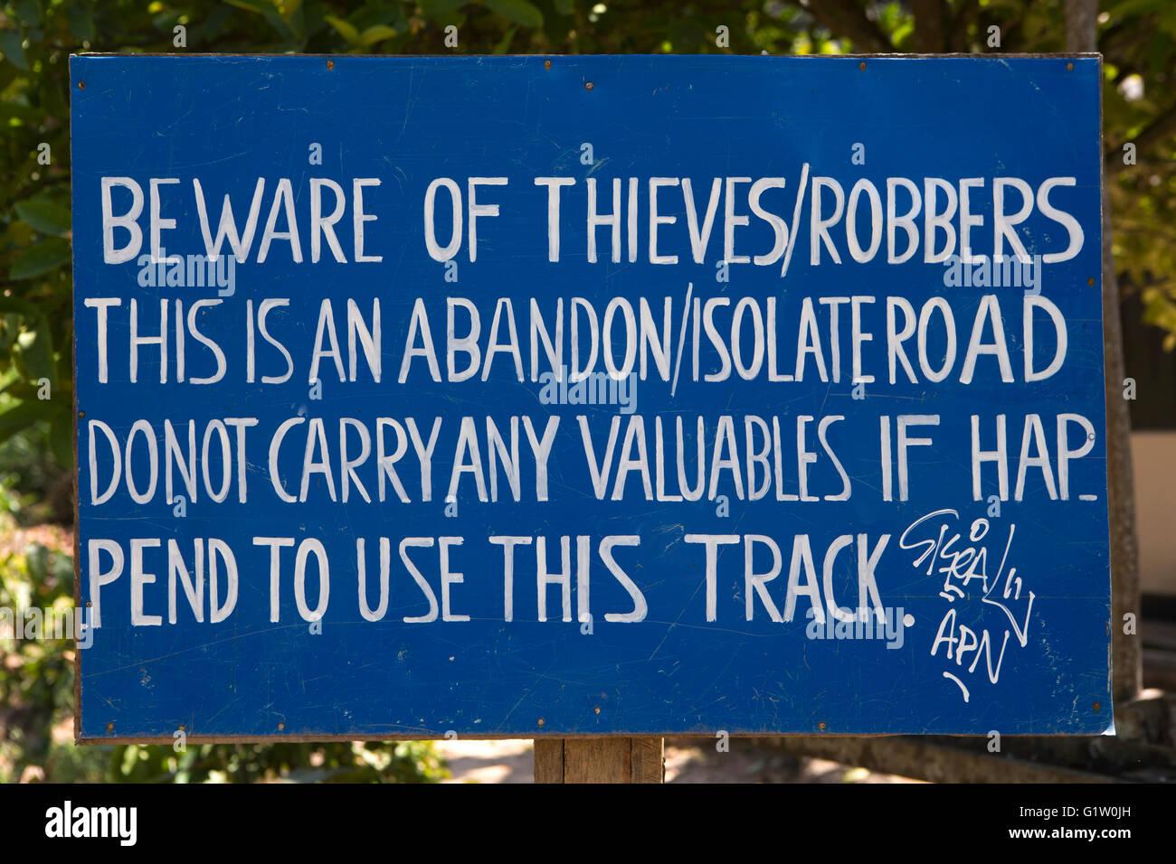 Sri Lanka, Ella, segno di avvertimento del rischio di rapina a fianco della linea ferroviaria Foto Stock
