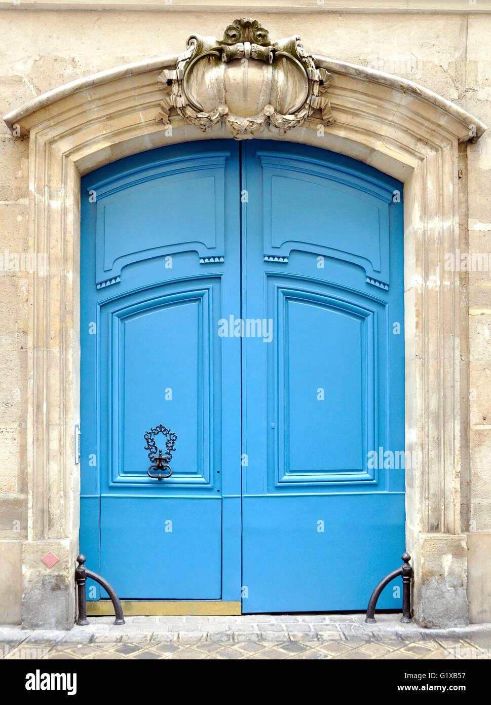 Una porta blu a Parigi, Francia Immagini Stock