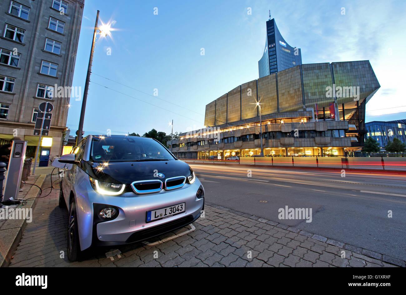 Leipzig, Germania. 19 Maggio, 2016. Un elettrico BMW MI3 viene inserito in una stazione di ricarica nel centro della Immagini Stock