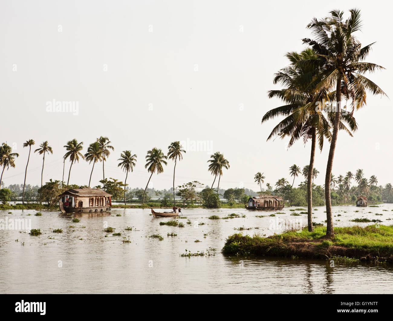 Case galleggianti lungo un canale nel Kerala backwaters.India Immagini Stock