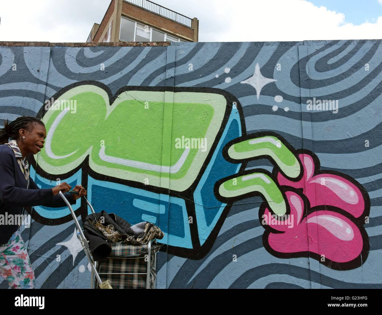 Graffiti in Hoxton, Londra da artista di strada Artista Immagini Stock
