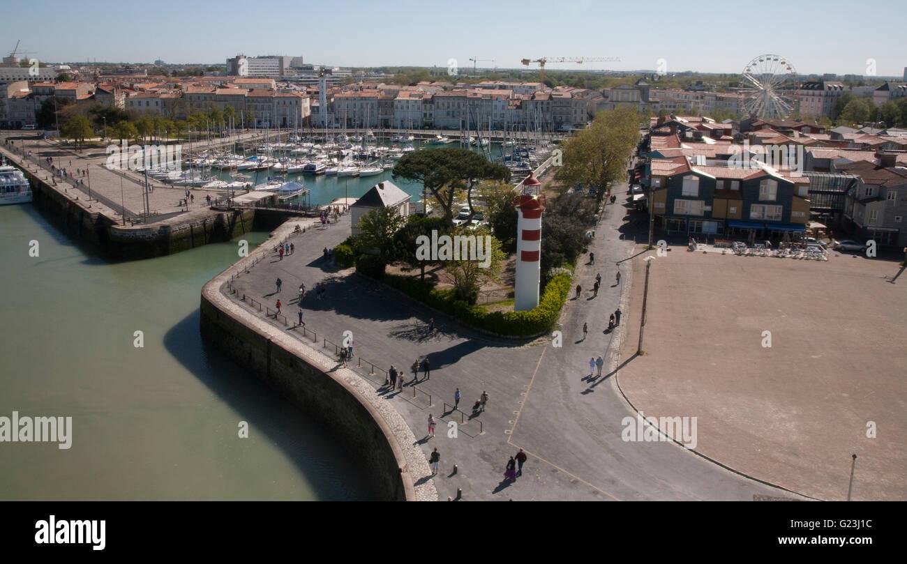 La Francia, la Rochelle, promenade verso St Nicolas torre con faro, marina, ristoranti e caffè. Foto Stock