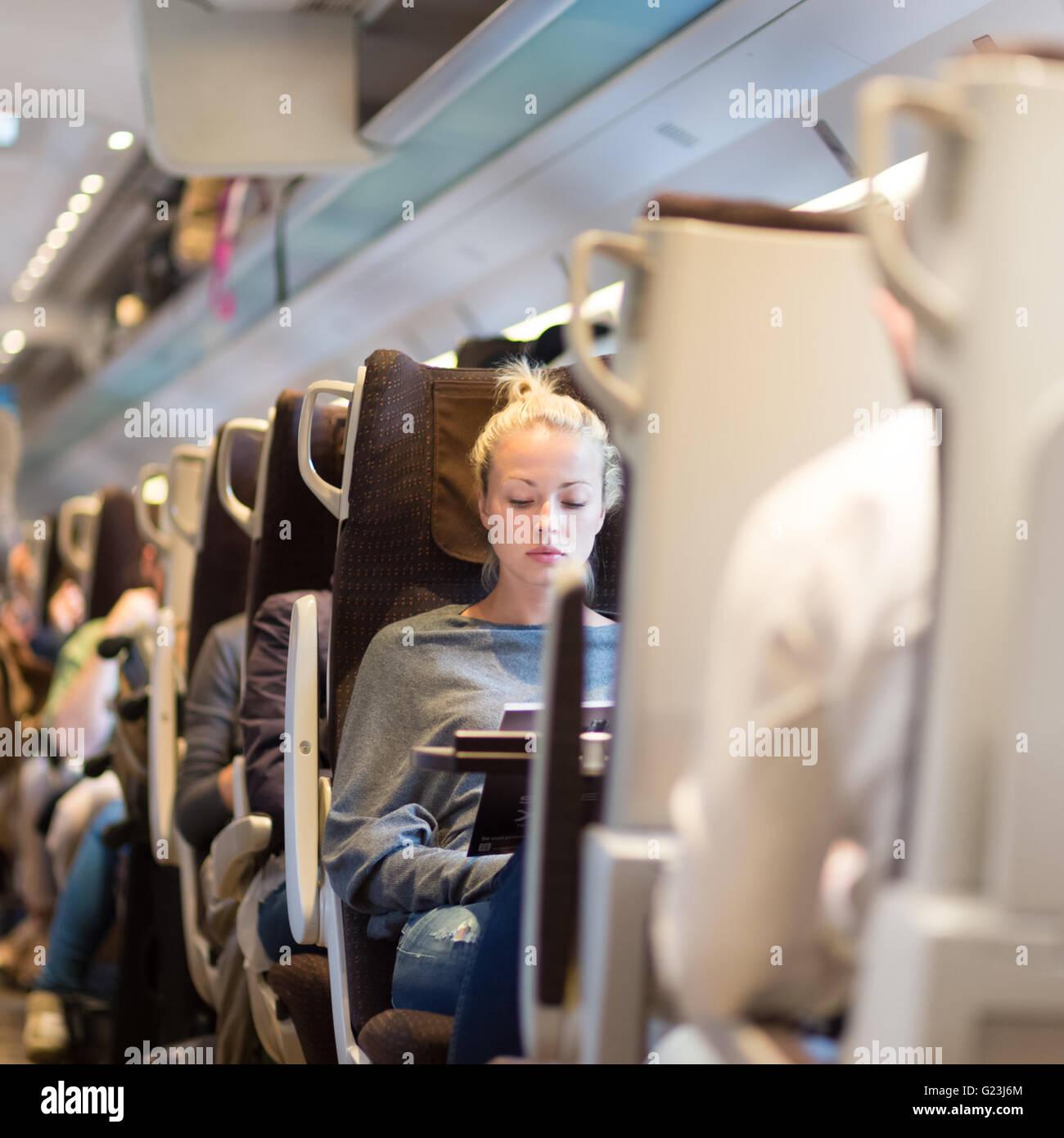 Signora che viaggiano in treno. Immagini Stock