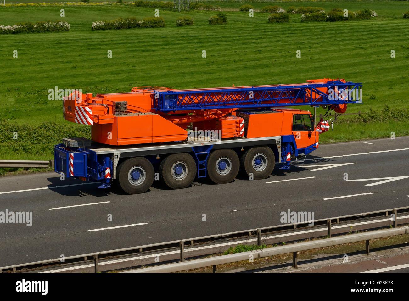 Gru mobile viaggia su M56 Autostrada nel Cheshire Regno Unito Immagini Stock