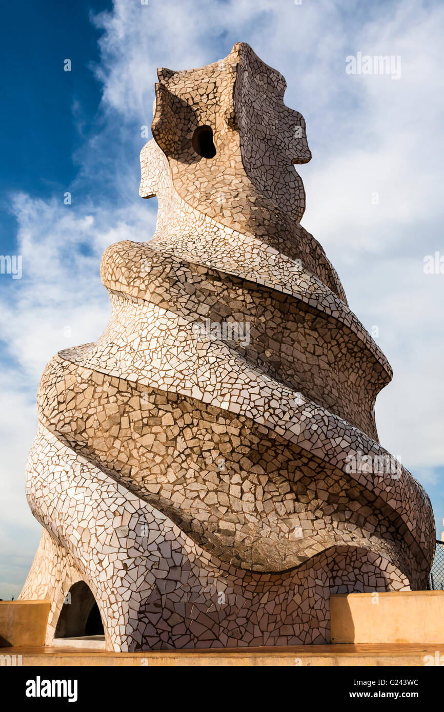 Casa Mila (La Pedrera) la ventilazione del tetto Torre di Antonio Gaudi, Barcellona, in Catalogna, Spagna. Foto Stock