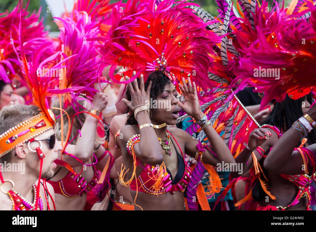 Ritratto di donna di Ballo in costume sul carnevale di culture (Karneval der Kulturen) di Berlino, Germania. Immagini Stock