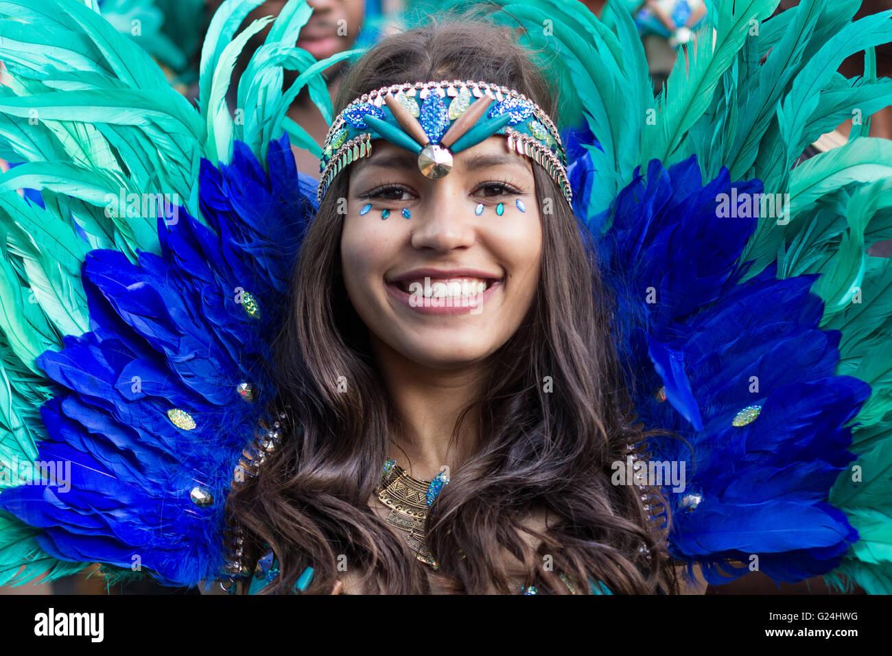 Berlino, Germania 15 maggio 2016: bellissima ragazza in costume sorridente sul carnevale di culture (Karneval der Immagini Stock