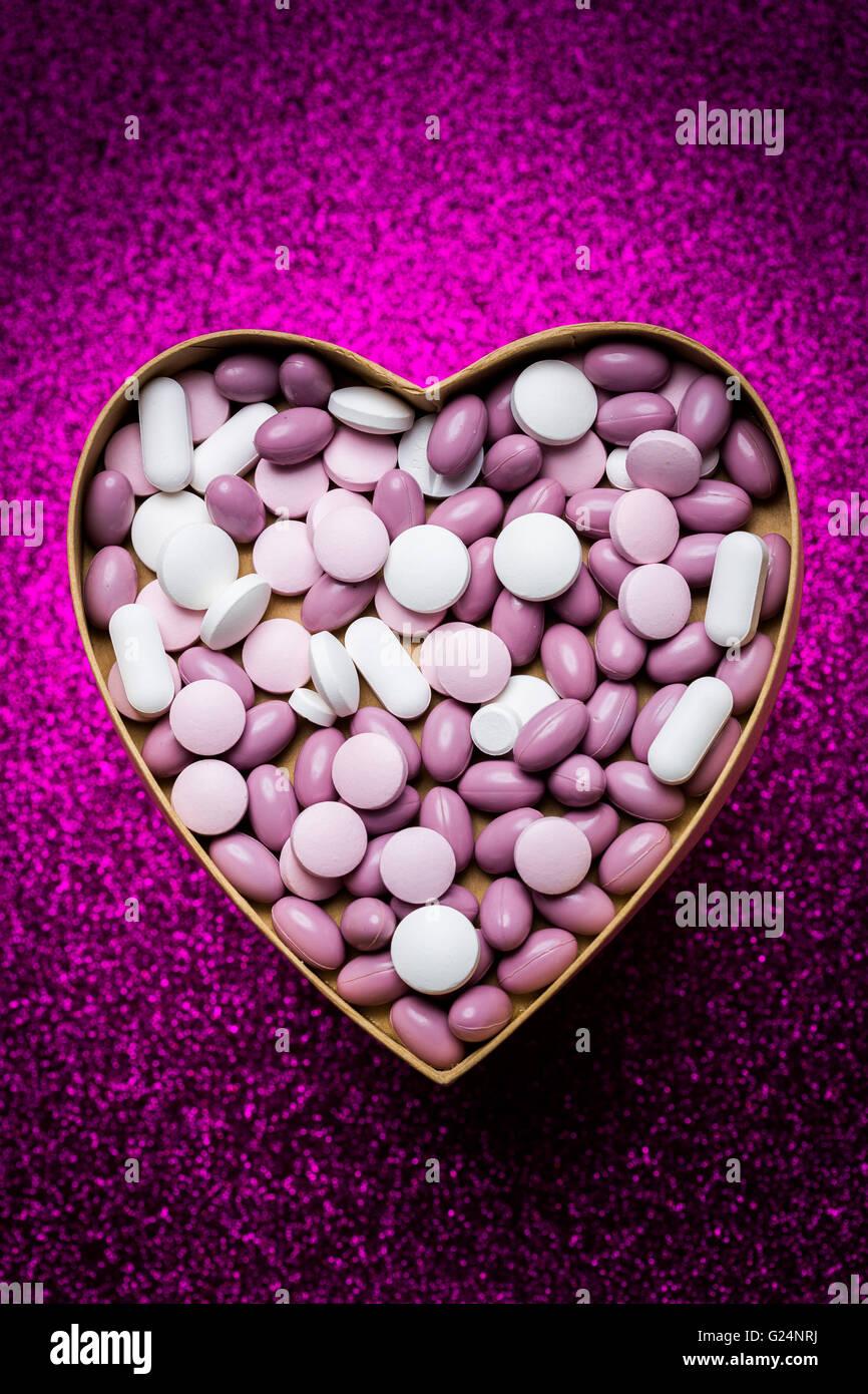 Generic pillole e capsule a forma di cuore. Immagini Stock