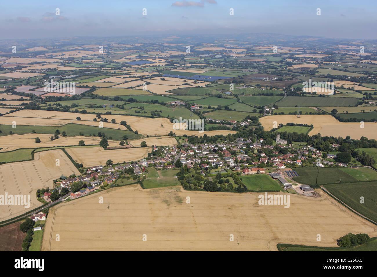 Una veduta aerea del villaggio di Bradford-on-tono e la circostante campagna di Somerset Immagini Stock