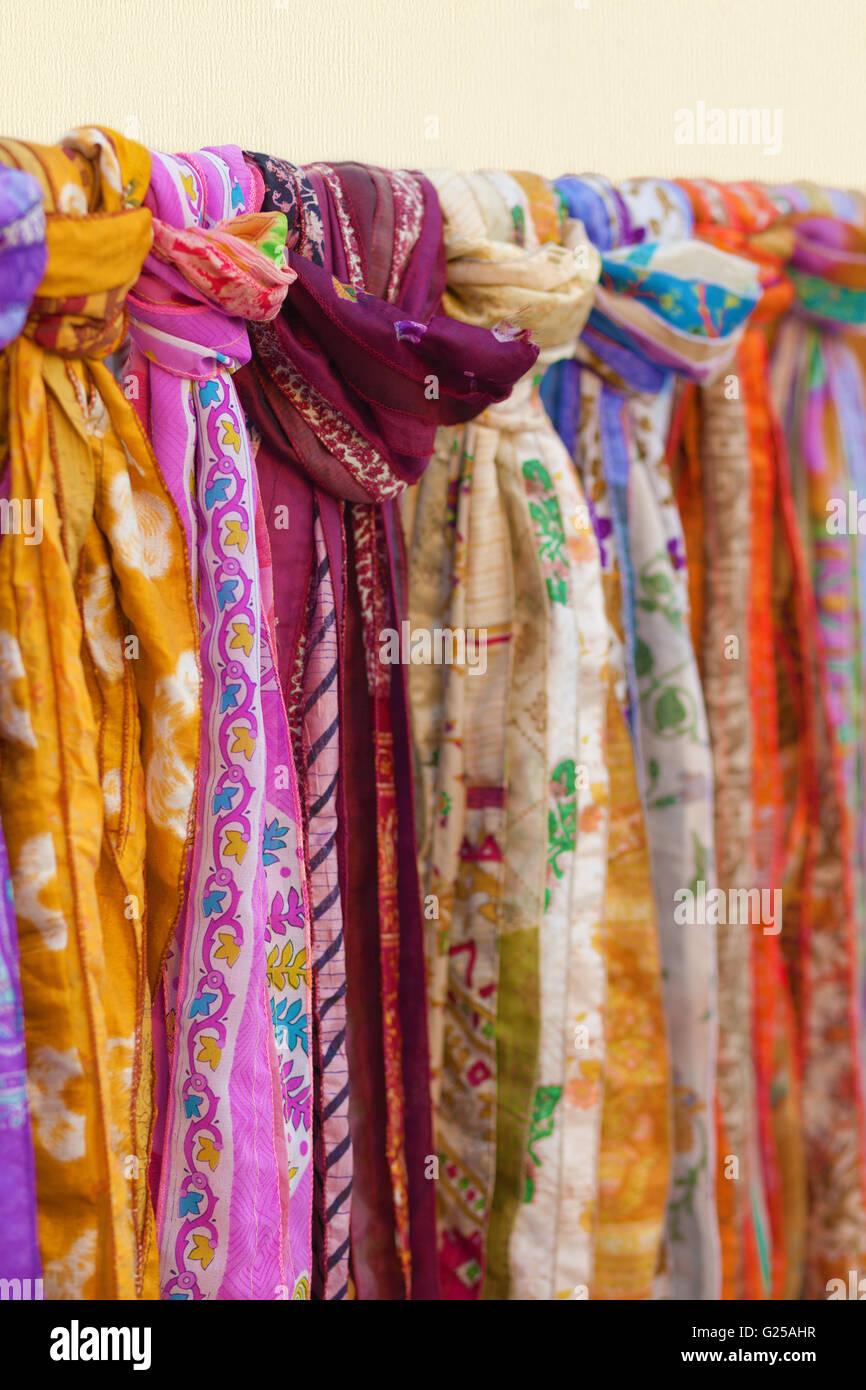 rivenditore all'ingrosso 48696 0e50c Close-up di multi-foulard colorati appesi sulla rampa Foto ...