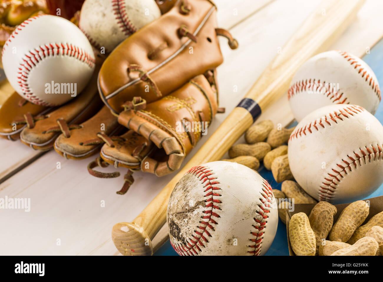 Chiusura del vecchio usurato attrezzatura da baseball su uno sfondo di legno. Immagini Stock