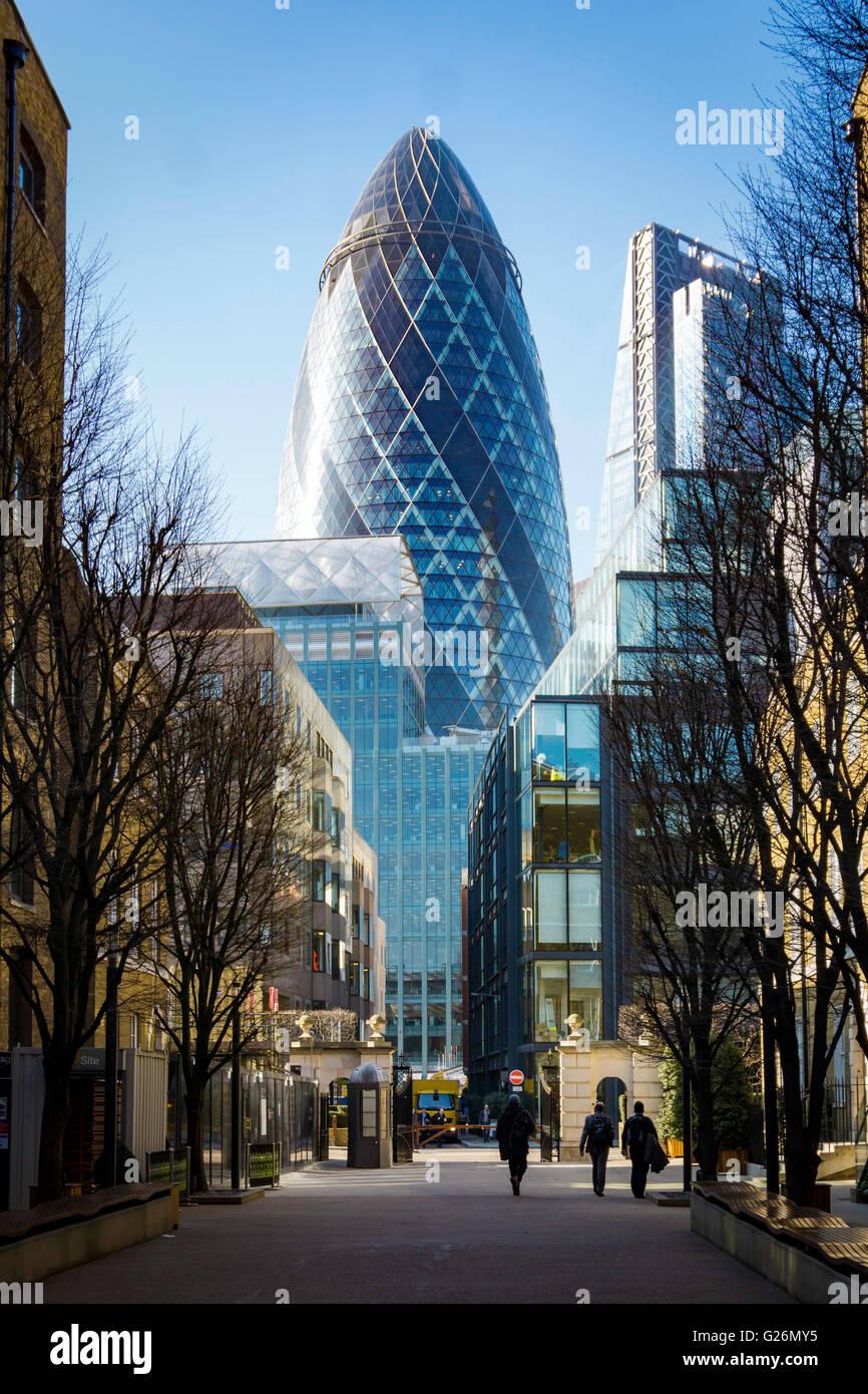 Vista della città di il Gherkin a Londra dalla strada Immagini Stock