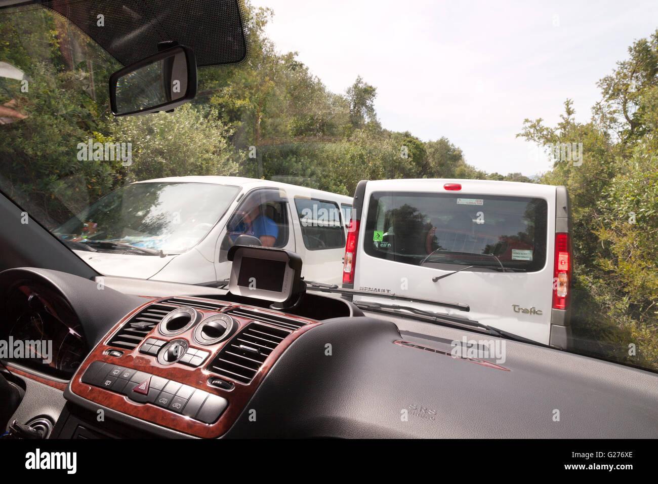 Strade strette e il traffico sulle strade della Rocca di Gibilterra Gibilterra, Europa Immagini Stock