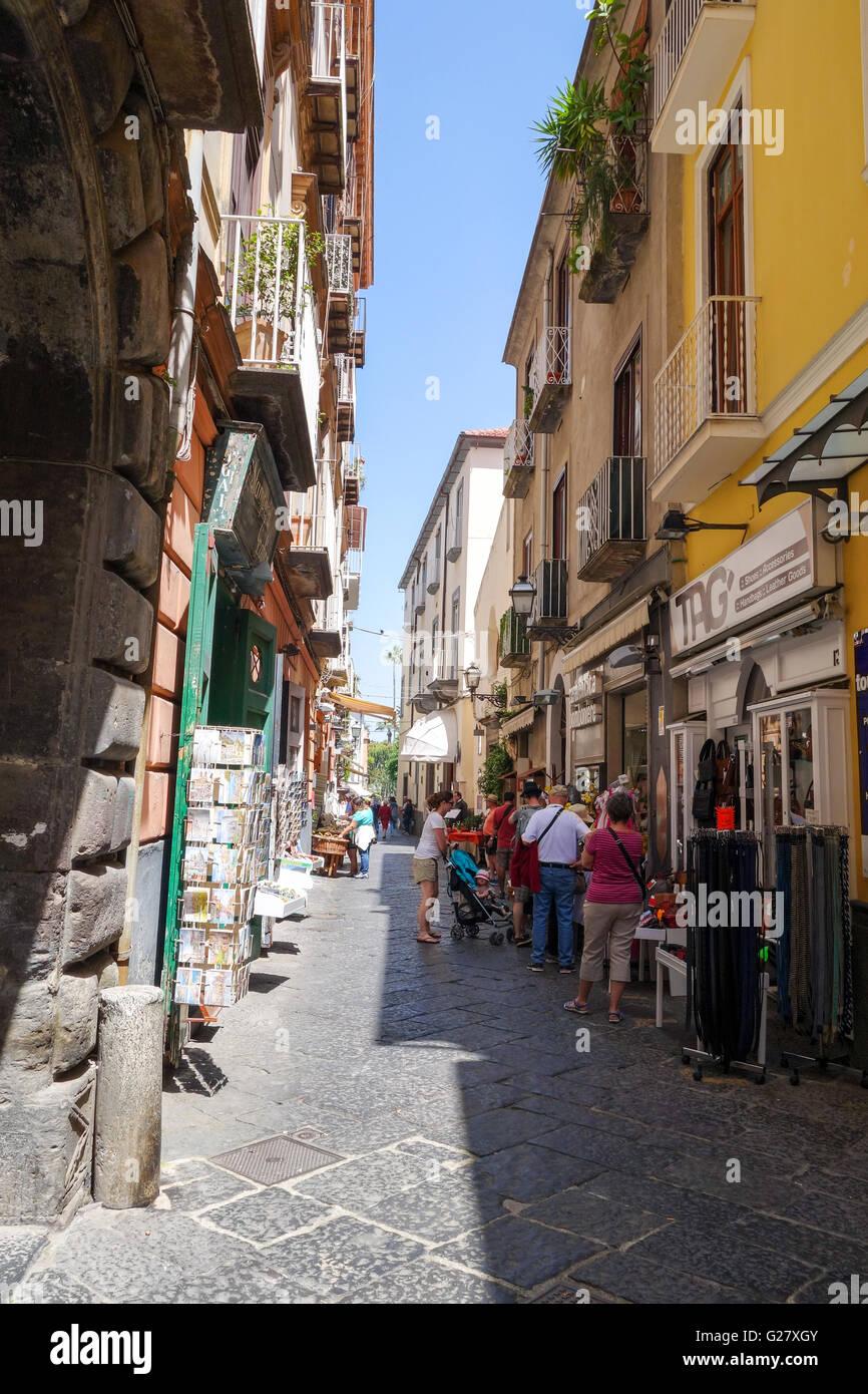 La stretta stradina di largo o via Padre Reginaldo Giuliani Sorrento Italia Europa Immagini Stock