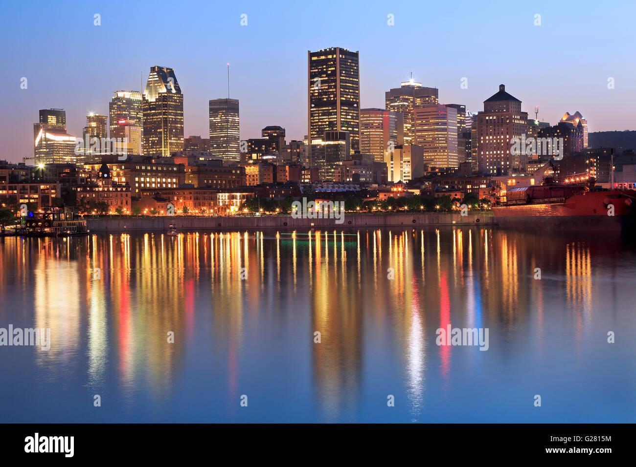 Lo skyline di Montreal al crepuscolo e St Lawrence River, Quebec, Canada Immagini Stock