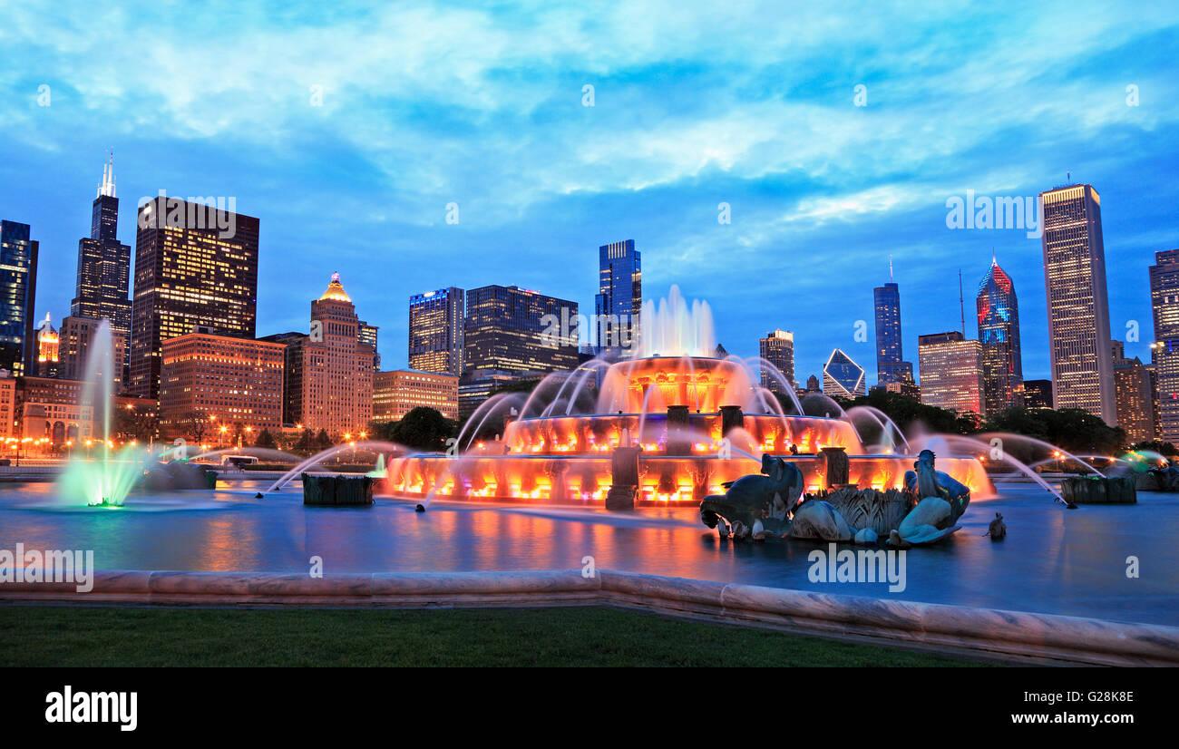 Sullo skyline di Chicago e Buckingham Fountain al crepuscolo Immagini Stock