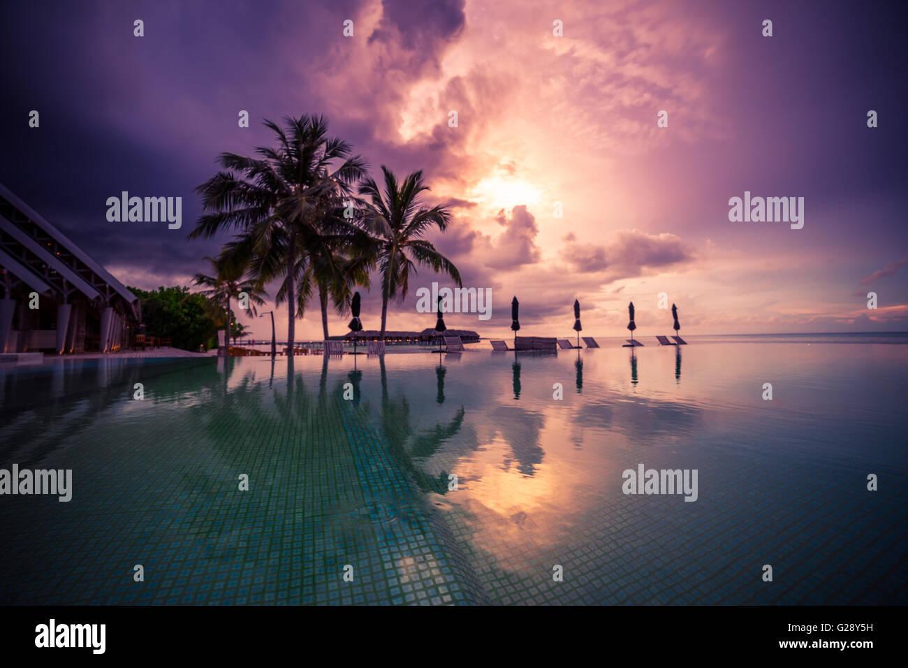 Amazing Sunset beach in Maldive. Concetto di sfondo Foto Stock