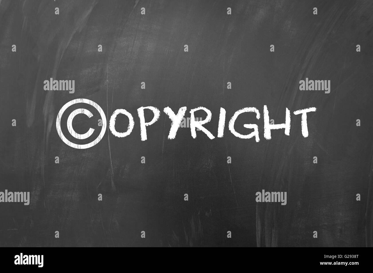 Simbolo di copyright concept realizzato in gesso bianco sulla lavagna Foto Stock