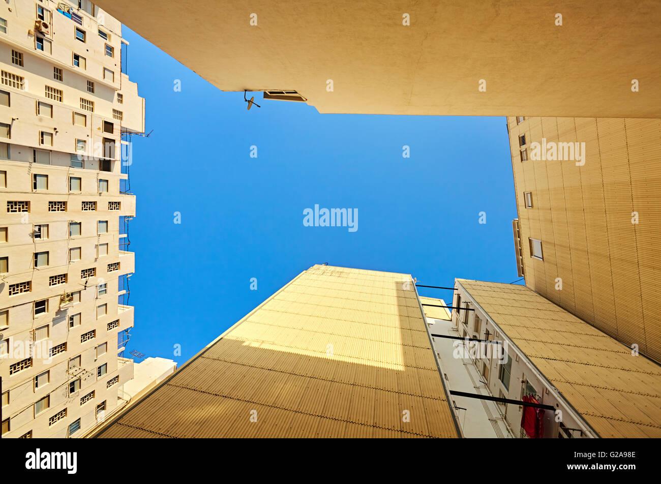 Basso angolo vista di edifici di appartamenti. Denia. Alicante. Spagna. Immagini Stock