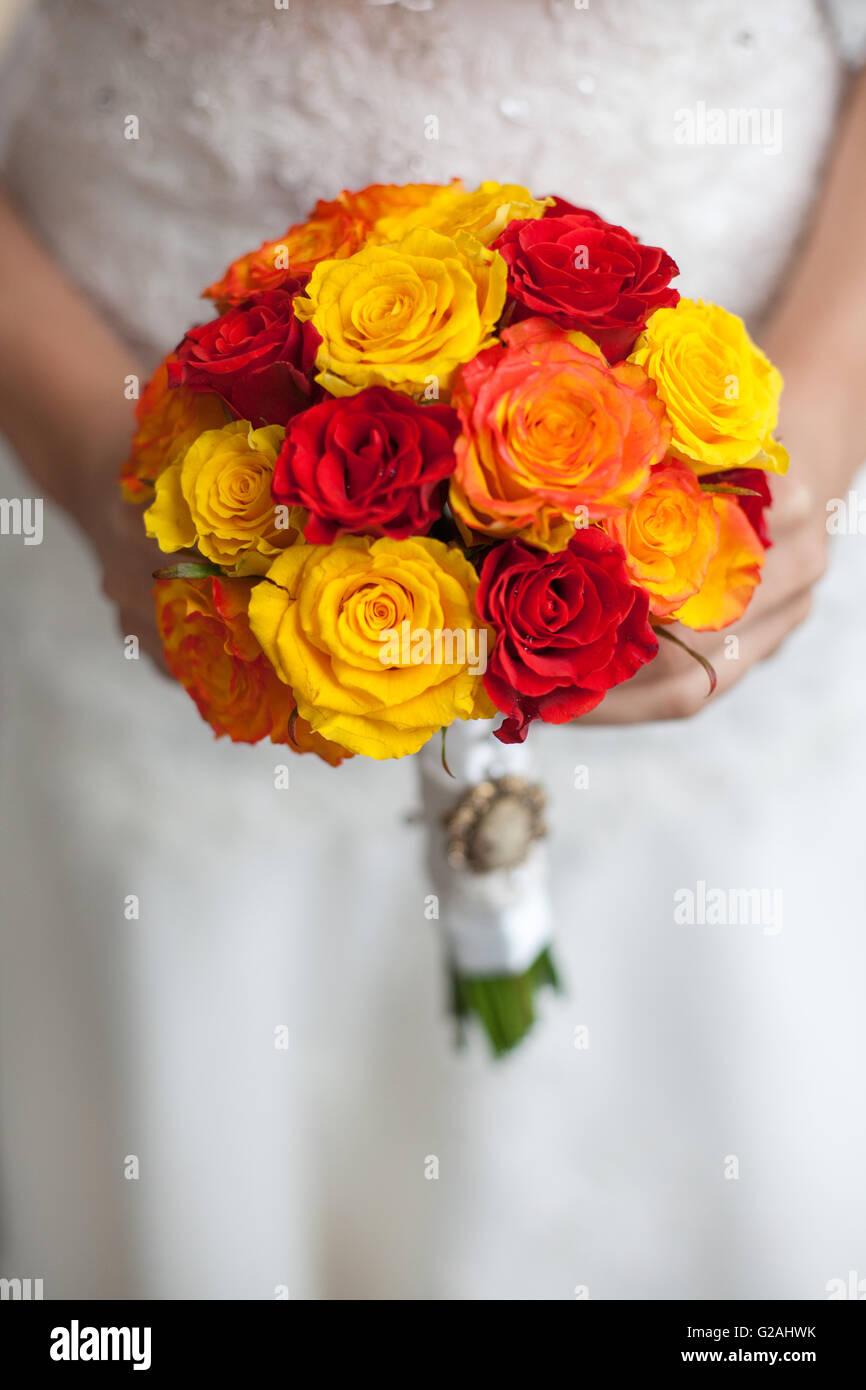 Bouquet Sposa Arancione.Bouquet Di Rosso Arancione E Giallo Rose In Sposa Le Mani Foto
