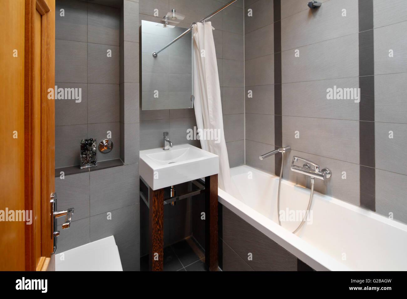 Inverness terrace. una moderna stanza da bagno con piastrelle grigie
